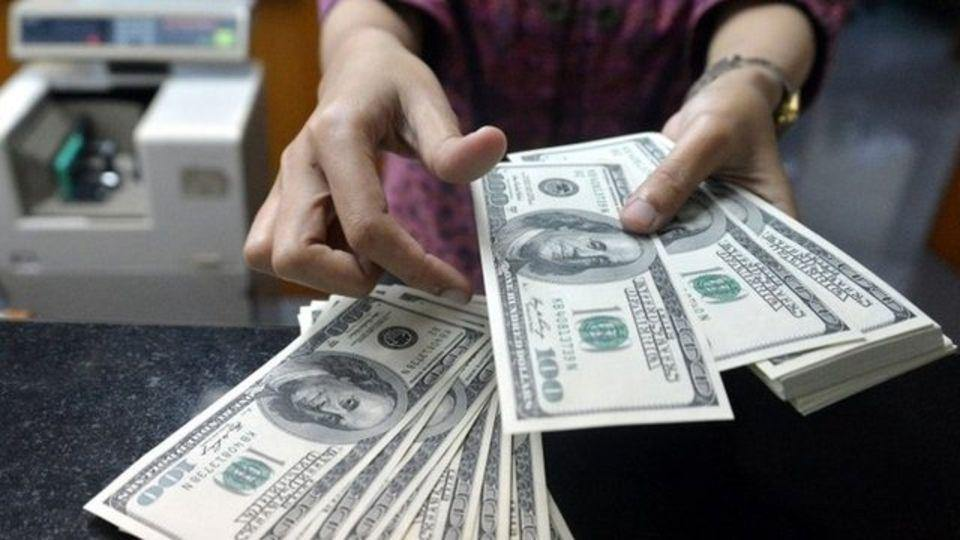 """Qué es la trampa de la """"contabilidad mental"""" y cómo te puede llevar a la bancarrota, según el Nobel de Economía"""
